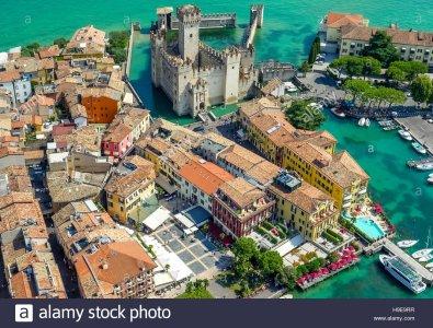 vista-aerea-castillo-scaliger-castello-scaligero-peninsula-de-sirmione-en-el-lago-de-garda-el-...jpg