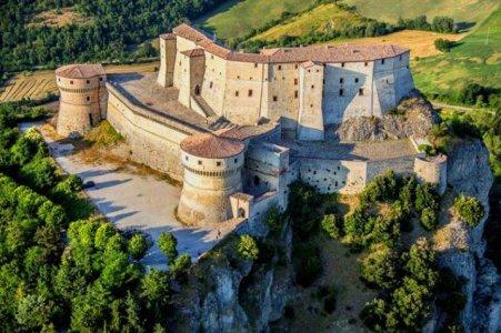 Cosa-Vedere-Fare-Borgo-San-Leo-Romagna-Guida-716x477.jpg