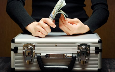 riefcase_for_money_Suitcase_Hands_520562_3840x2400.jpg