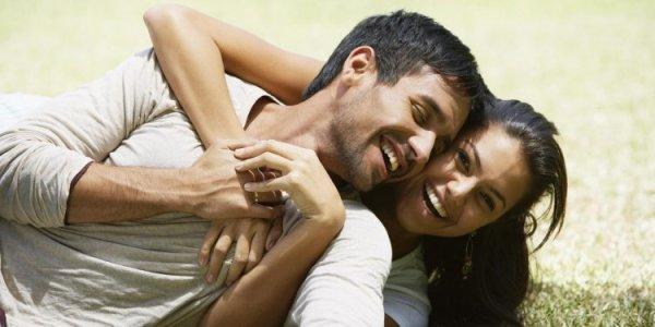 happy-couple-on-grass-4k-hd-wallpaper-ser-750x375.jpg