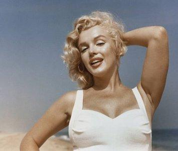5e20224019367-marilyn-monroe-photoshoot-beach-new-york-1957-sam-shaw-coverimage.jpg